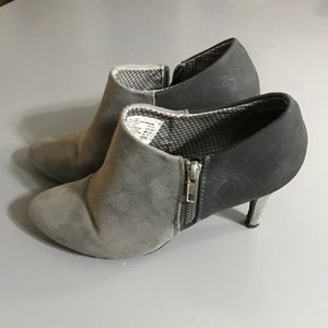 Two-tone gray size suede booties with side zippers